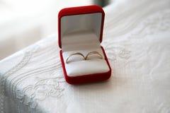 Złociści pierścionki dla ślubów są w pudełku Zdjęcie Royalty Free