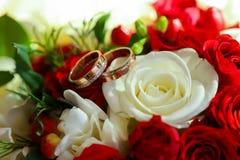 Złociści pierścionki na ślubnym bukiecie fotografia royalty free