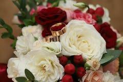 Złociści pierścionki na ślubnym bukiecie zdjęcia royalty free