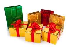 Złociści prezentów pudełka i prezent torby Fotografia Royalty Free
