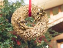 Złoci aniołowie na słomianym wianku dla Valentin& x27; s dzień obrazy royalty free