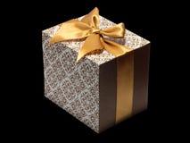 Złoci biali prezentów pudełka i złoty tasiemkowy łęk odizolowywający Obraz Stock