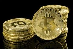 Złoci Bitcoind żetony odizolowywający na czerni Zdjęcia Royalty Free