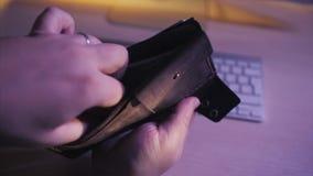 Złoci bitcoins i sto dolarowi rachunków w rzemiennym portflu Bitcoin z dolarem w kiesie Zysk od minować crypto zbiory wideo