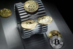 Złoci bitcoins kłamają na metalu gearwheel obrazy stock