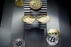 Złoci bitcoins kłamają na metalu gearwheel zdjęcie stock