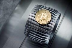 Złoci bitcoins kłamają na metalu gearwheel obrazy royalty free