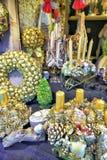 Złoci Bożenarodzeniowi wianki przy Ryskimi bożymi narodzeniami Wprowadzać na rynek Zdjęcie Stock
