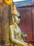 Złoci Buddha statuy odzieży szkła fotografia stock