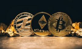 Złoci cryptocurrencys Bitcoin, Ethereum, Litecoin i kopiec, zdjęcie stock