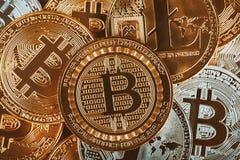 Złoci cryptocurrencys Bitcoin, Litecoin i kopiec złocisty Biznesowy pojęcie wizerunek, obraz royalty free