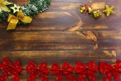 Złoci dzwony, czerwień łęki i Bożenarodzeniowy wianek ustawia świątecznego tła mieszkanie nieatutowego, zdjęcie royalty free