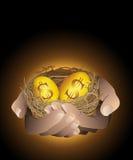 Złoci gniazdowi jajka w ręce Obrazy Royalty Free