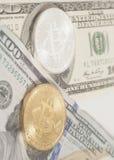 Złoci końcówki srebra bitcoins z U S dolarów Obrazy Stock