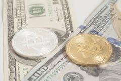 Złoci końcówki srebra bitcoins z U S dolar Zdjęcie Stock