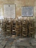 Złoci krzesła czekają modlitwy zanim masa w kościół StSabina w Rzym, Włochy Zdjęcie Stock