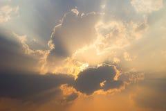 Złoci promienie słońce przez czarnych chmur po padać, T Obraz Stock