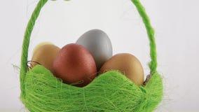 Złoci Wielkanocni jajka w zielonym koszu zdjęcie wideo
