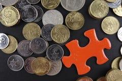 Złocista łamigłówka z monetami biznesu map pojęcia finanse graficzny ręki mienie na ołówku umieszczającym Fotografia Stock