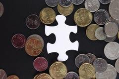 Złocista łamigłówka z monetami biznesu map pojęcia finanse graficzny ręki mienie na ołówku umieszczającym Obrazy Royalty Free