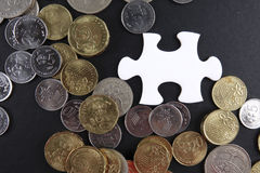 Złocista łamigłówka z monetami biznesu map pojęcia finanse graficzny ręki mienie na ołówku umieszczającym Zdjęcie Stock