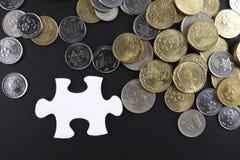 Złocista łamigłówka z monetami biznesu map pojęcia finanse graficzny ręki mienie na ołówku umieszczającym Zdjęcia Stock