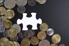 Złocista łamigłówka z monetami biznesu map pojęcia finanse graficzny ręki mienie na ołówku umieszczającym Obrazy Stock