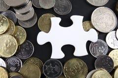 Złocista łamigłówka z monetami biznesu map pojęcia finanse graficzny ręki mienie na ołówku umieszczającym Obraz Royalty Free