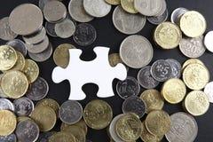 Złocista łamigłówka z monetami biznesu map pojęcia finanse graficzny ręki mienie na ołówku umieszczającym Obraz Stock