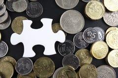 Złocista łamigłówka z monetami biznesu map pojęcia finanse graficzny ręki mienie na ołówku umieszczającym Zdjęcie Royalty Free