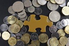 Złocista łamigłówka z monetami biznesu map pojęcia finanse graficzny ręki mienie na ołówku umieszczającym Fotografia Royalty Free