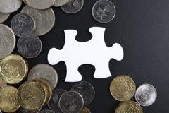 Złocista łamigłówka z monetami biznesu map pojęcia finanse graficzny ręki mienie na ołówku umieszczającym Zdjęcia Royalty Free