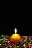 Złocista świeczka i koraliki. Zdjęcia Stock