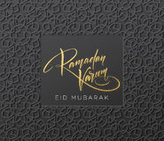 Złocista błyskotliwość Pisze list Ramadan Kareem na języka arabskiego Girish bezszwowym wzorze Tło dla świątecznego projekta wekt ilustracji