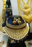 Złocista biżuteria przy Dubaj złotem Souk zdjęcia stock
