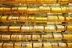 Złocista biżuteria przy Dubaj złotem Souk obraz stock