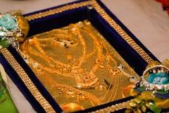 Złocista biżuteria w pudełku, kolia zdjęcie stock