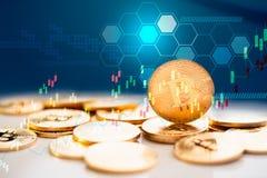 Złocista Bitcoin mapa na wirtualnego ekranu pieniądze cyfrowym pojęciu Zdjęcia Royalty Free