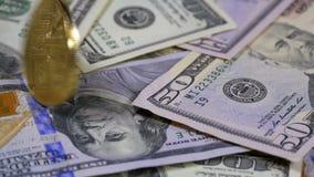 Złocista Bitcoin moneta BTC Wiruje, Przekręca, Wirować, Wirować i spadki na stole z dolarami, swobodny ruch zdjęcie wideo