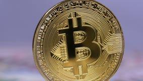 Złocista Bitcoin moneta Cryptocurrency, BTC Wiruje na Białym tle z rachunkami dolary zbiory