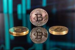 Złocista bitcoin moneta i ethereum moneta odizolowywająca na czarnym tle z świeczkami odbicia i zapasu obrazy stock