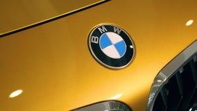 Złocista BMW x2 2018 odznaka W handlowa salonie 08 10 2108 Lviv Ukraina zdjęcie wideo