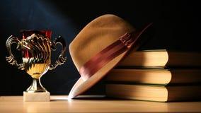 Złocista filiżanka Rezerwuje kapeluszu stół zbiory