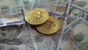 Złocista kawałek moneta BTC ukuwa nazwę wirować na rachunkach Amerykańscy USA dolary zbiory