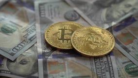 Złocista kawałek moneta BTC ukuwa nazwę wirować na rachunkach USA dolary zdjęcie wideo