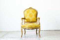 Złocista klasyczna stylowa kanapy leżanka w rocznika pokoju Obraz Stock