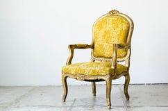 Złocista klasyczna stylowa kanapy leżanka w rocznika pokoju Zdjęcie Royalty Free