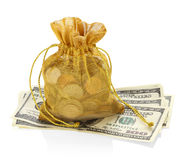 Złocista pieniądze torba monety i Sto dolarów Zdjęcie Stock