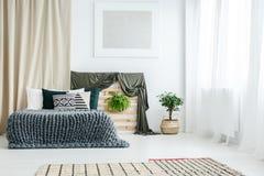 Złocista zasłona w sypialni wnętrzu zdjęcia royalty free