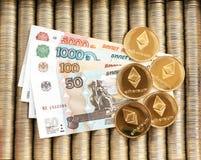 Złociste crypto monety Ethereum ETH, papier Rosyjscy ruble Metal monety kłaść out w gładkim tle each inny, zakończenie widok f Zdjęcie Stock